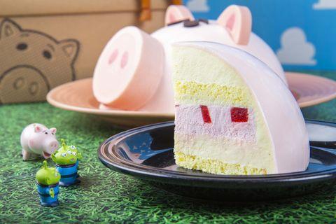 《玩具總動員》X BAC推出限量「火腿豬撲滿」蛋糕!內餡是滿滿的草莓慕斯、鹹香草白巧克力