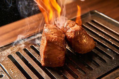 在烤台上霸氣烤製的塊燒,「先中火燒烤,適時多次翻面鎖住肉汁,烤完時須視狀態決定是否以鋁箔包裹靜置」。透過「靜置回烤」技術的掌握,塊燒更能體驗一塊肉品裡肉質的脆、嫩、多汁等多重口感,可說是肉汁與肉質的最高回饋!