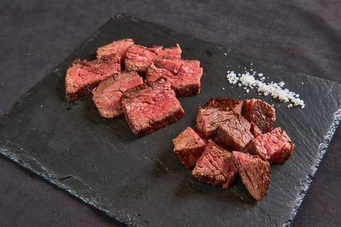 塊燒的肉質與部位選擇很重要,適度的肉汁與油脂在肉塊裡滾動可取得美味平衡,如瘦肉部位裡具有和牛油脂香氣特色又嫩口的芯芯,甚至是頂級的牛舌根等部位。「俺達の肉屋」每日提供一種部位塊燒料理,讓賓客單點或於四人以上「會長盛合」肉品中享用~