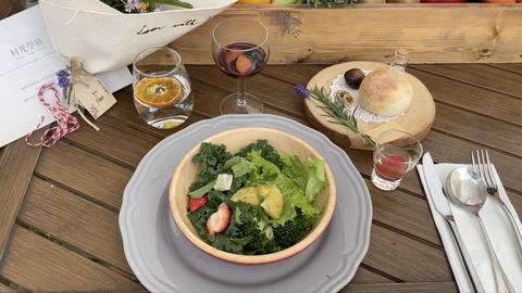 用餐時間,主廚還會現身一一說明餐點的料理意念和食材來源,讓賓客在品嚐自然料理的原味同時,感受餐桌上的溫暖~