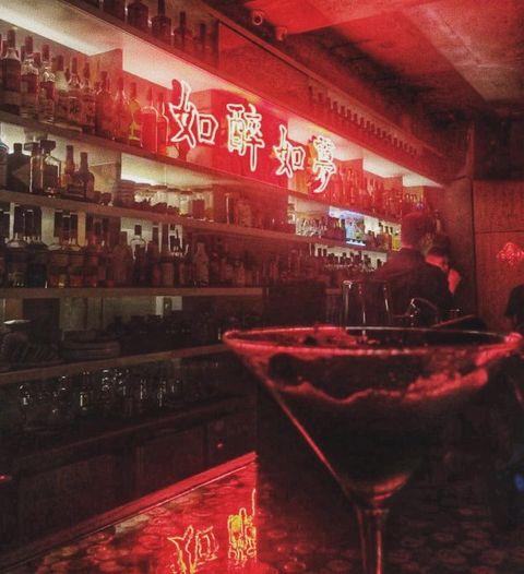 HANKO 60 隱藏在戲院外表下的電影特調 走進偽裝成老戲院的酒吧,攤開酒單可以看到大俠喝的酒、楚門的世界、瞞天過海等等,精緻又特別的調酒搭配如醉如夢的台式霓虹燈,瀰漫著放鬆慵懶的氛圍阿,不過要注意低消500元,除了點飲品,也可以點水餃或炸雞等美食一起享用喔。