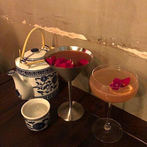 PLACEBO 安慰劑小酒館 穿越到中國古代的特製調酒 一進來看到中國風的酒櫃與座位會讓人有瞬間穿越到古代的感覺,酒單上的名稱都很特別,像是好一朵美麗的茉莉花、臺灣難波萬等等,結合高粱或琴酒調製意想不到的特色口味,如果多人來一定要點超澎湃的大缸酒,可以選自己喜歡的基底酒做特調喔。