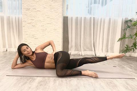 瑜珈老師在示範扭轉變化式