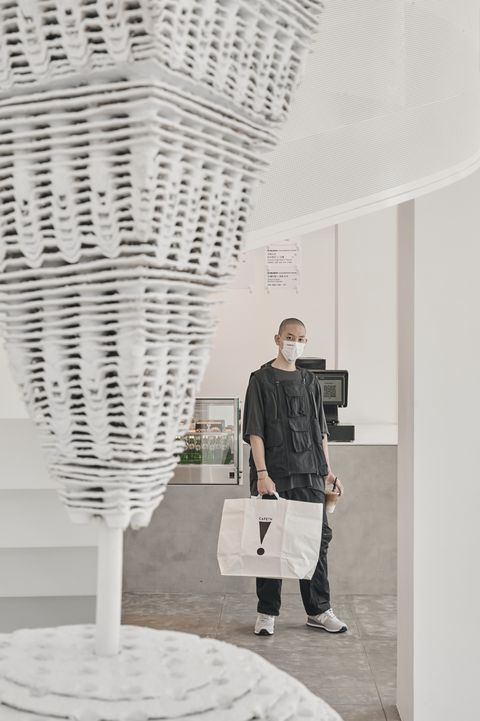 極簡風純白咖啡廳!cafen全新旗艦%arabica設計師操刀,垂吊天井、旋轉樓梯時髦滿分