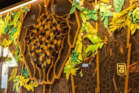 星巴克最新「北港朝天宮」門市!寺廟意象紙雕工藝,整座建築就像虔誠的「雙手合十」形狀