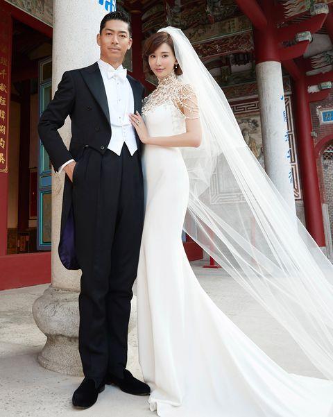 林志玲婚禮穿著Ralph Lauren珍珠鏤空禮服與Akira現身台南老家。