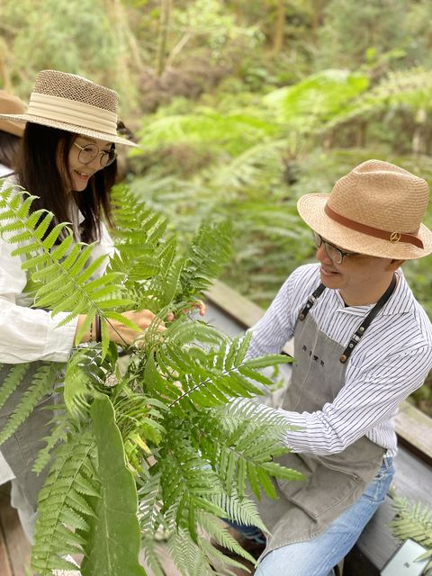 旅客會被帶到秘境裡散步,提取森林蕨類素材、摘採嬌嫩的鮮花,學習用雙手將來自大自然的元素,妝點成送給自己的美好花禮。