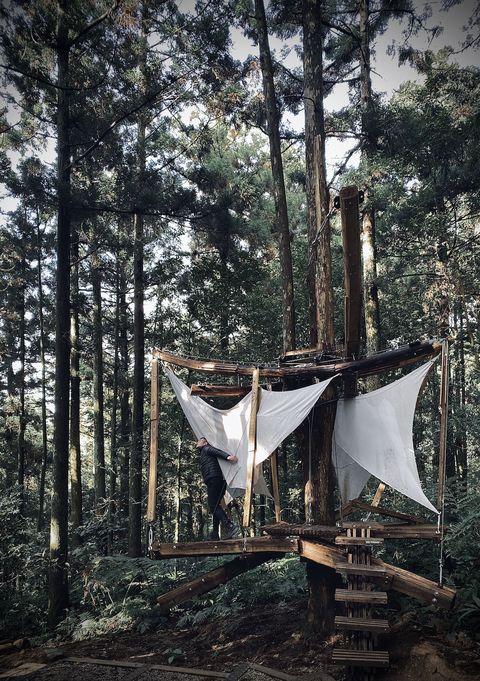 這宛如山神所賜的禮物,是由淡江大學建築系講師郭恩愷帶領著淡江建築系學生,他們組成設計團隊「森林木十人」,來進行創作。將取自於森林的國產材回饋給森林,利用台灣國產材柳杉疏伐木為材料,以對生態環境影響最小的設計工法,鑲嵌、融入在森林自然生態中,且也貼心地顧及了登山客的需求,像是「脊森」出現一路上坡的步道旁,這柳杉林圍繞的木構涼亭,歇息了旅人的腳與心,「浮森」則離地兩公尺、是在樹和樹之間架設觀景樹台,在此盡情地躺下,雲霧不時飄過,就像漂浮山林之間,位於三叉柳柳衫的「繫森」,是航向森林綠浪的方舟,懸在三棵樹的「懸森」,s型曲面平台結合獨特懸吊系統,可以小小搖晃、呼應森林裡的微風,完全療癒。