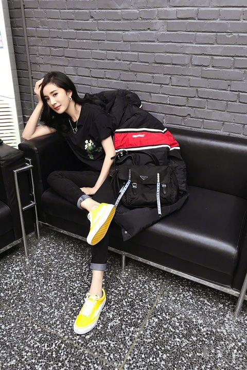Footwear, Leg, Shoulder, Shoe, Hand luggage, Baggage, Human leg, Sportswear, Knee, Bag,