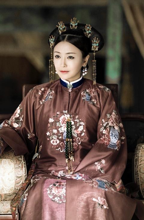 Victorian fashion, Tradition, Headpiece, Fashion, Black hair, Crown,