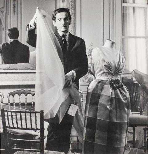 年輕的皮爾卡登pierre cardin在做衣服