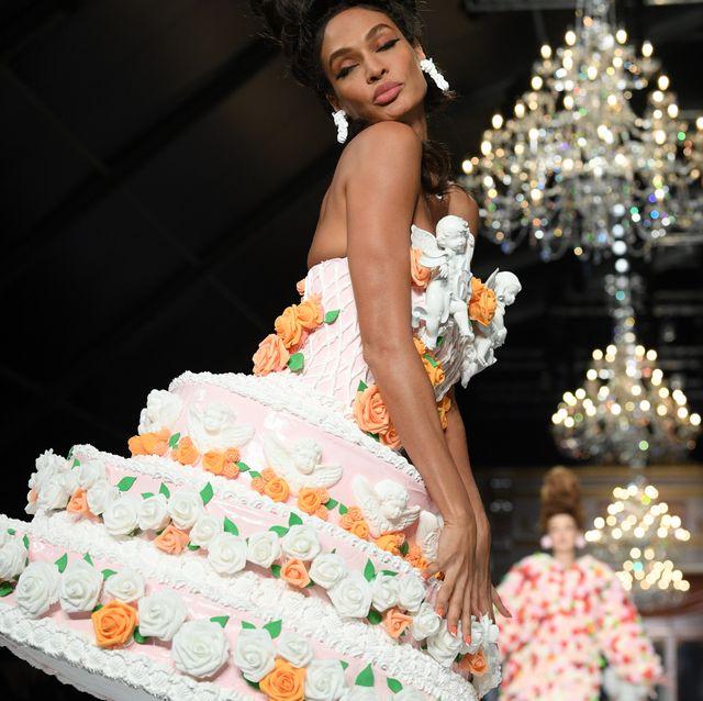【米蘭時裝週】MOSCHINO 秋冬大秀出現「行走中的生日蛋糕」!戲謔版凡爾賽敗金女每一套都超有戲