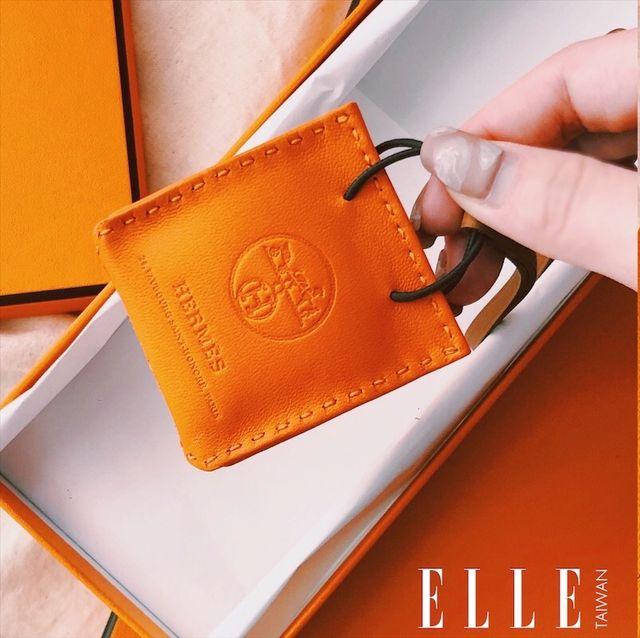 以愛馬仕經典橘提袋為靈感 !Hermès 迷你小橘包吊飾太可愛 時尚迷都瘋狂
