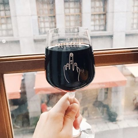 MIKKELLER TAIPEI 米凱樂啤酒吧 大稻埕中的丹麥啤酒吧 米凱樂是丹麥的年輕精釀啤酒品牌,在大稻埕這間瀰漫北歐風格,簡約木質的純白酒吧內,每天都供應24種啤酒選擇,想喝水蜜桃、紫蘇或花椒、爆米花口味,吧台後一字排開的拉把都能榨出爽口的啤酒喔,連玻璃杯上的插畫也超酷。