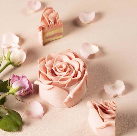 「情人節買顆藝術品般的粉紅玫瑰蛋糕吧!」跟閨密一起過浪漫的單身情人節