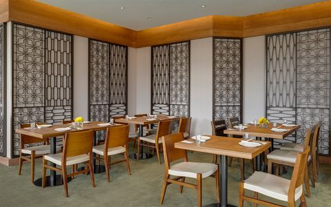 聚聚樓聚聚樓特別延攬擁有逾四十年廚齡的劉建峯擔任主廚率領廚師團隊規劃一系列創新傳承東方飲食文化的美味佳餚