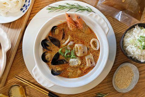 高雄英迪格飯店推出「南洋叻沙火鍋」「霸王牛肉麵」冷凍調理包