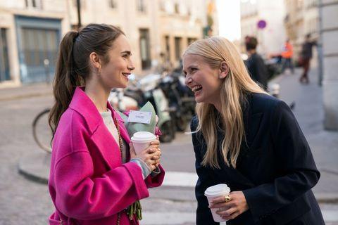 lily collins穿著粉色外套和卡蜜兒穿著黑色外套
