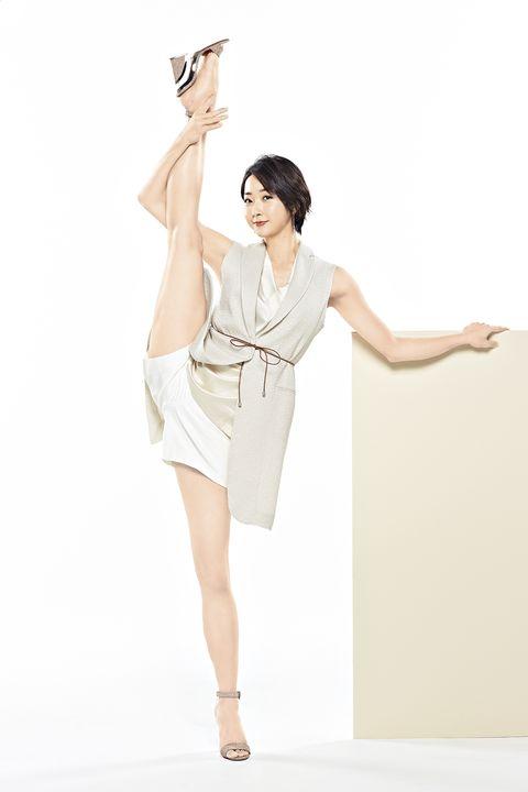 右足を大きく上げ優雅にi字バランスを披露する元新体操選手・畠山愛理さん