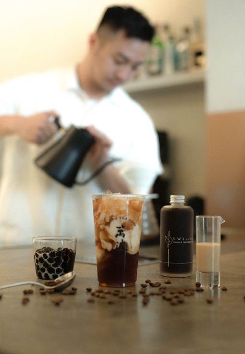 萬波島嶼紅茶 x 咖啡冠軍王策推出新品「波霸鴛鴦奶茶」!迷人咖啡香氣結合奶茶滑順口感必須喝