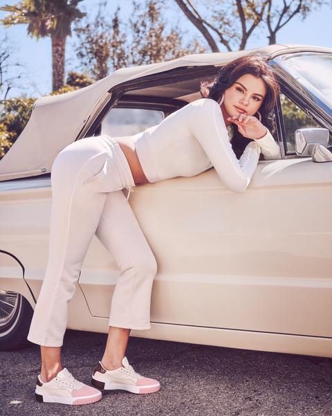 Selena Gomez穿上PUMA Cali櫻花粉球鞋靠在車子旁,完全藏不住鄰家女孩氣息。