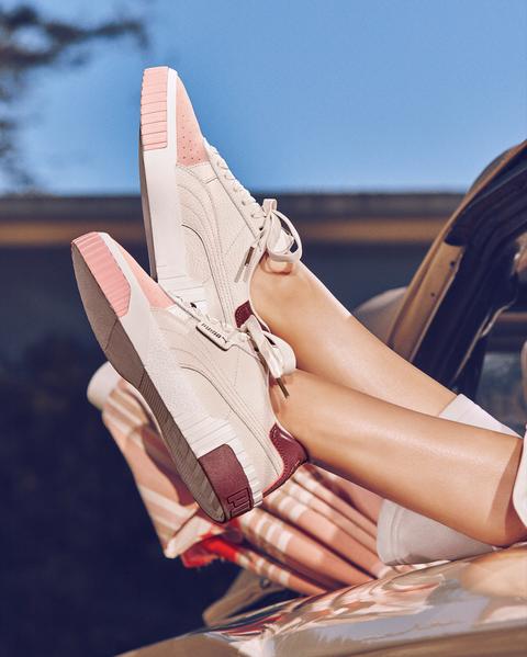 Selena Gomez穿上PUMA Cali櫻花粉鞋款,小麥色肌膚襯托出櫻花粉的微醺輕時尚。