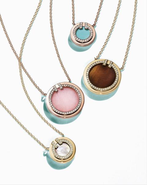 Tiffany T Two項鍊全新推出新顏色,琥珀色、粉紅色、珍珠光澤感完全美出新高度。
