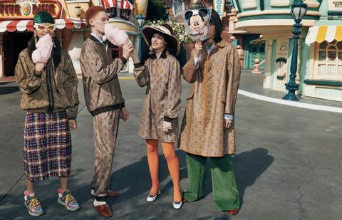 穿上Gucci滿版米奇印花大衣,走在迪士尼樂園街頭完全無違和!