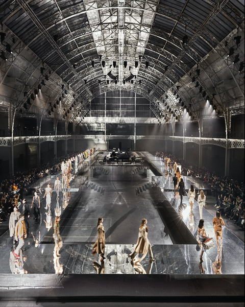 BURBERRY 2020 秋冬時尚大秀以記憶《鏡》界為主題,用鏡子環繞秀場太有氣氛!