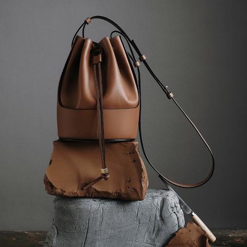 LOEWE Balloon 水桶包以品牌著名的工藝將包身使用兩種皮革拼接縫製,包型完全百搭好看!