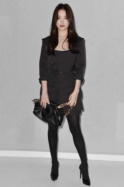 宋慧喬以一身俐落的黑色套裝現身米蘭時裝週 Bottega Veneta 2020 秋冬大秀。