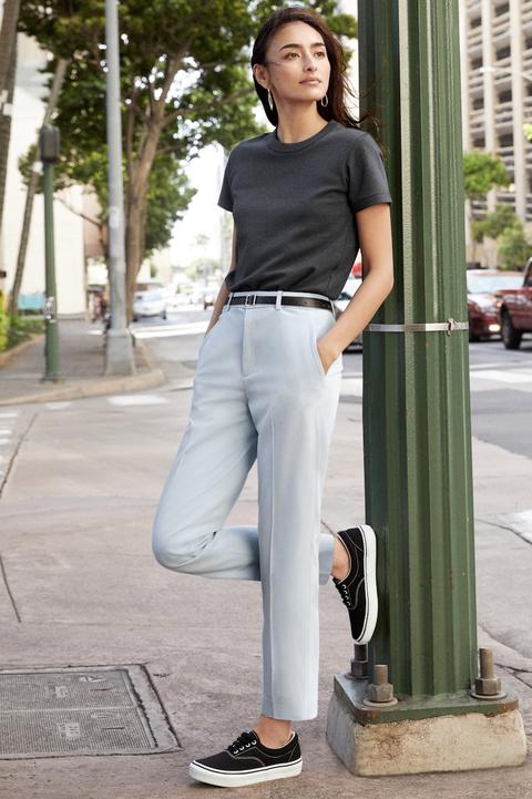 Uniqlo EZY九分褲搭配黑色 T-shirt、帆布鞋也能輕鬆穿出街頭感。