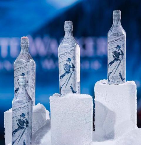 白色包裝的約翰走路冰與火之歌系列放在冰塊上