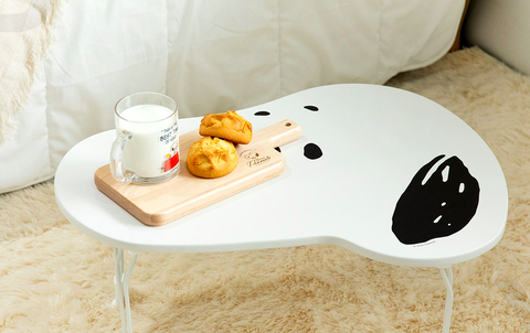 黑白色的史努比造型桌上面有牛奶跟司康