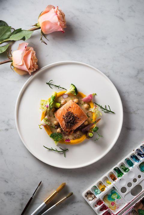 爐烤紐西蘭國王鮭及鸚嘴豆小卷醬汁