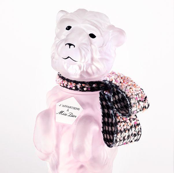 迪奧先生愛犬bobby化身香水瓶身!高訂工坊縫製緞帶細節、香味是溫柔不張揚的玫瑰麝香調