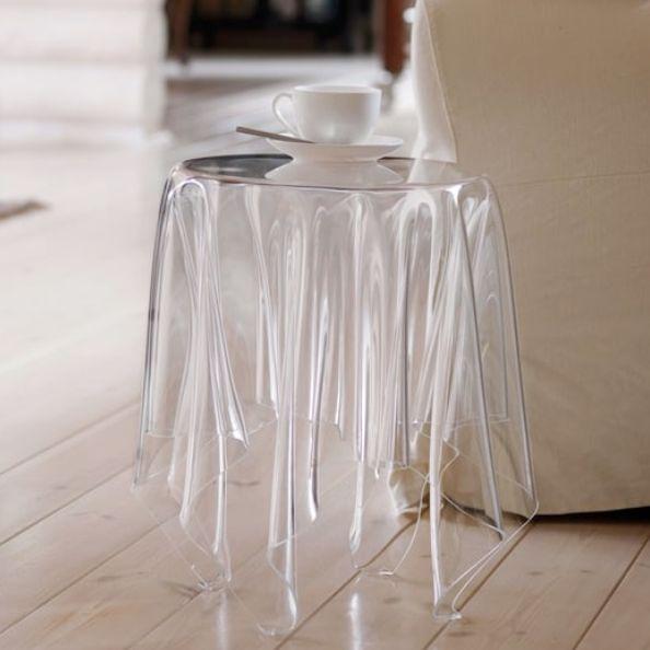 米色傢俱背景前有一張透明的桌子