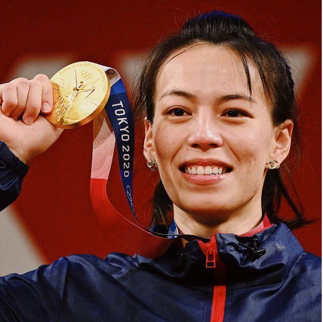 郭婞淳破紀錄拿下東京奧運舉重金牌 同款香奈兒logo耳環被熱搜!冠軍耳環背後故事解密