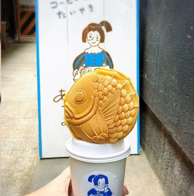 京都市營地下鐵烏丸線的四条站距離不遠處,有一家名為「甜咖啡和鯛魚燒」(あまいろ コーヒーとたい焼き)的鯛魚燒專賣店,以超萌造型的鯛魚燒和日式昭和風氛圍所打造,相當受到日本人歡迎!
