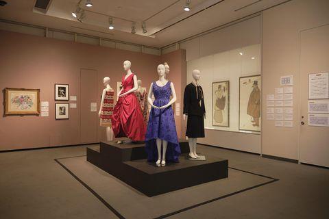 ディオールのボウル・ガウン、バレンシアガのドレス、シャネルのデイ・スーツ