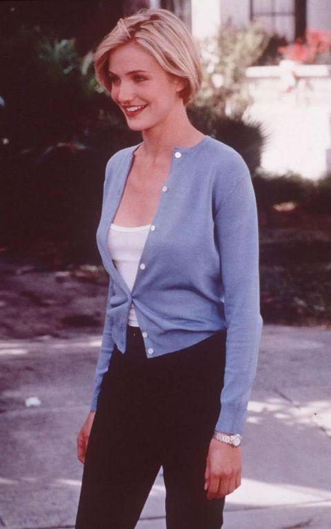 1998年的美國浪漫喜劇電影《哈啦瑪莉》,劇中卡麥蓉·狄亞就著穿一件開襟針織外套內搭一件白色小可愛。