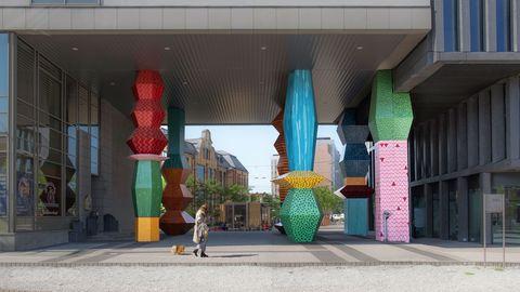 Green, Sculpture, Architecture, Art, Column, Building, Visual arts, Street, Statue, Road,