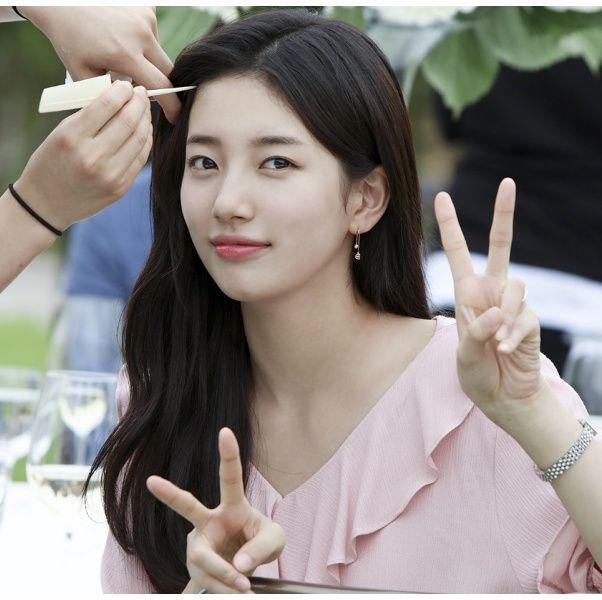 前「Miss A」團員秀智近日傳出與「JYP 娛樂」約滿不續,並轉去SOOP 旗下成為孔劉、孔曉振、鄭有美等演員的師妹,身為南韓「國民初戀」的她28日這天在機場被拍到的一個舉動讓粉絲大讚「真的人美心美」、「親和力滿點」!