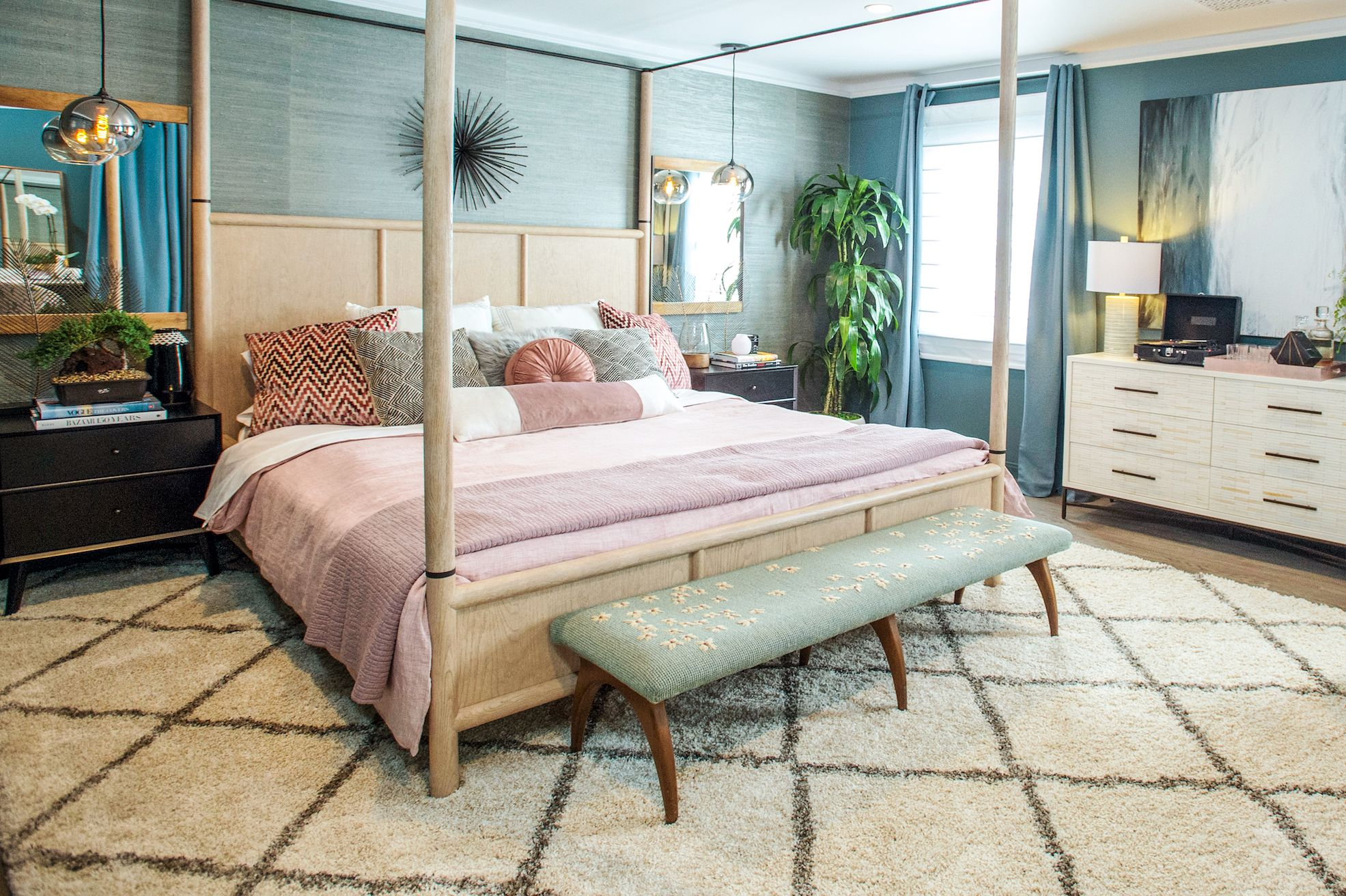 With actress Kaley Cuoco and designer Jeff Andrews as guest judges, two designers compete to create an impressive bedroom oasis.