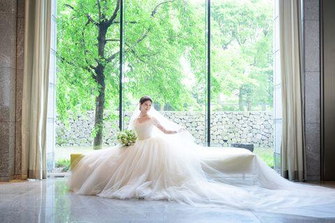 パレスホテル東京のロビーでウエディングドレスをまとったrisaさん