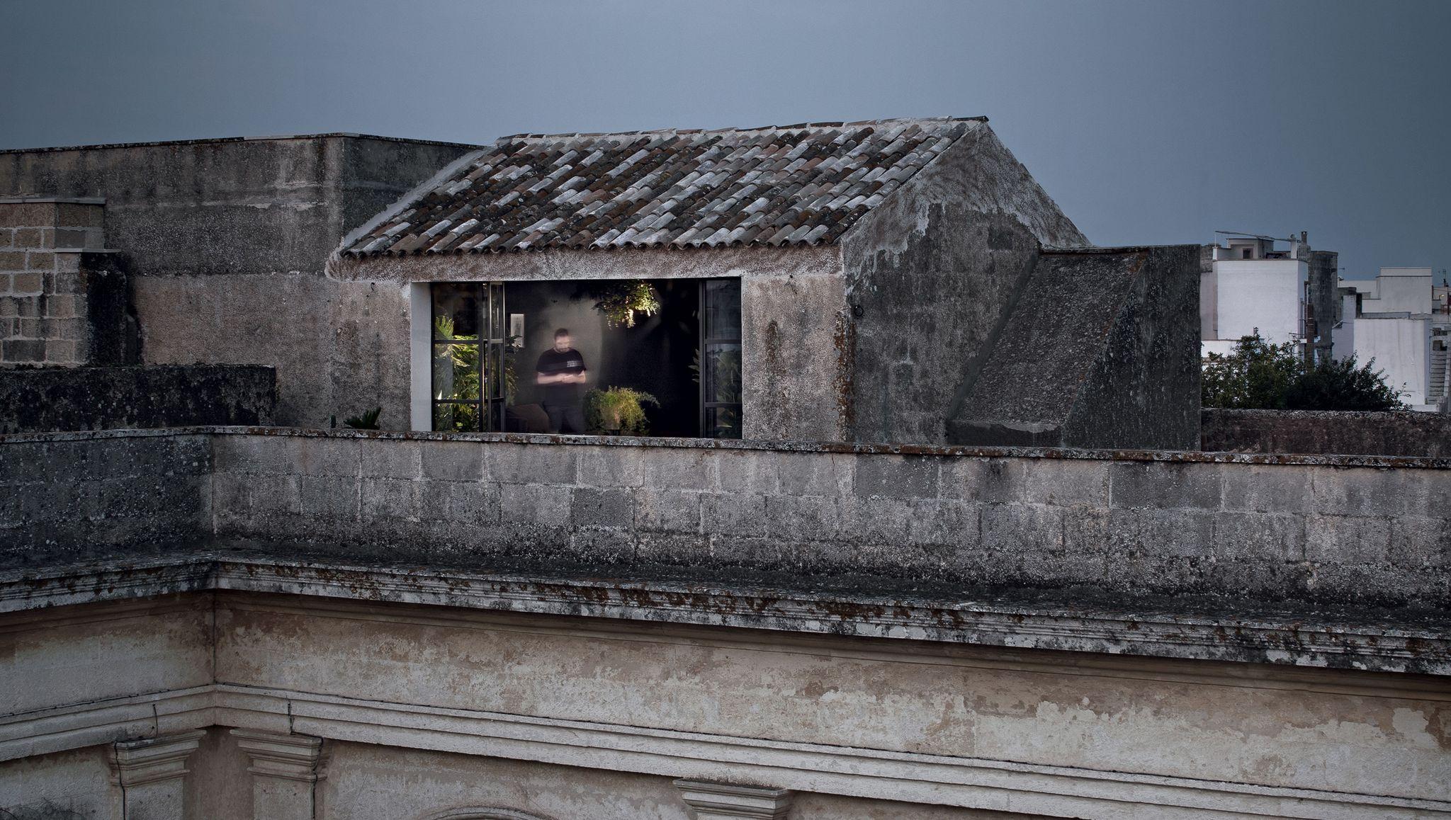 Il cubo nero nell'antico palazzo di famiglia che guarda i tetti del Salento