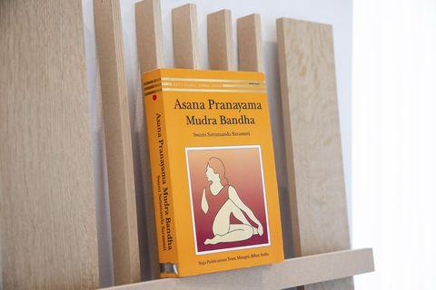 「この本は、私にとってバイブル。インド大使館でヨガのレッスンを受けています。アーユルヴェーダ医学やインド古典ヨガの教えを日々実践しています。」