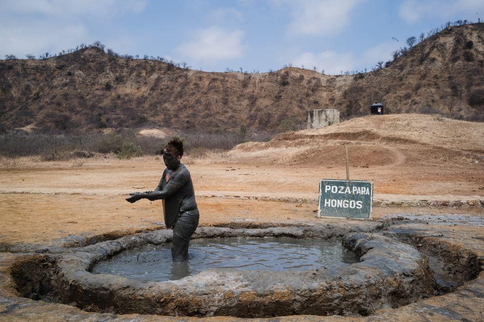 Viaggio al centro della terra, in Perù dove da un pozzo di oro nero è nata la spa del popolo