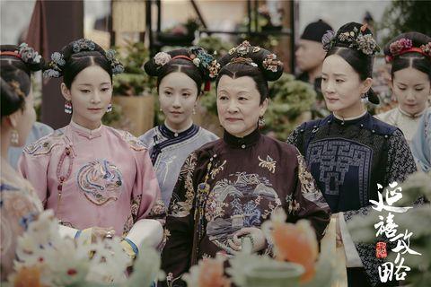 Hair, Headpiece, Kimono, Hairstyle, Shimada, Tradition, Event, Hair accessory, Costume, Tiara,