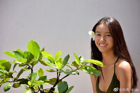 Hairstyle, Leaf, Happy, People in nature, Beauty, Black hair, Long hair, Brown hair, Model, Photography,